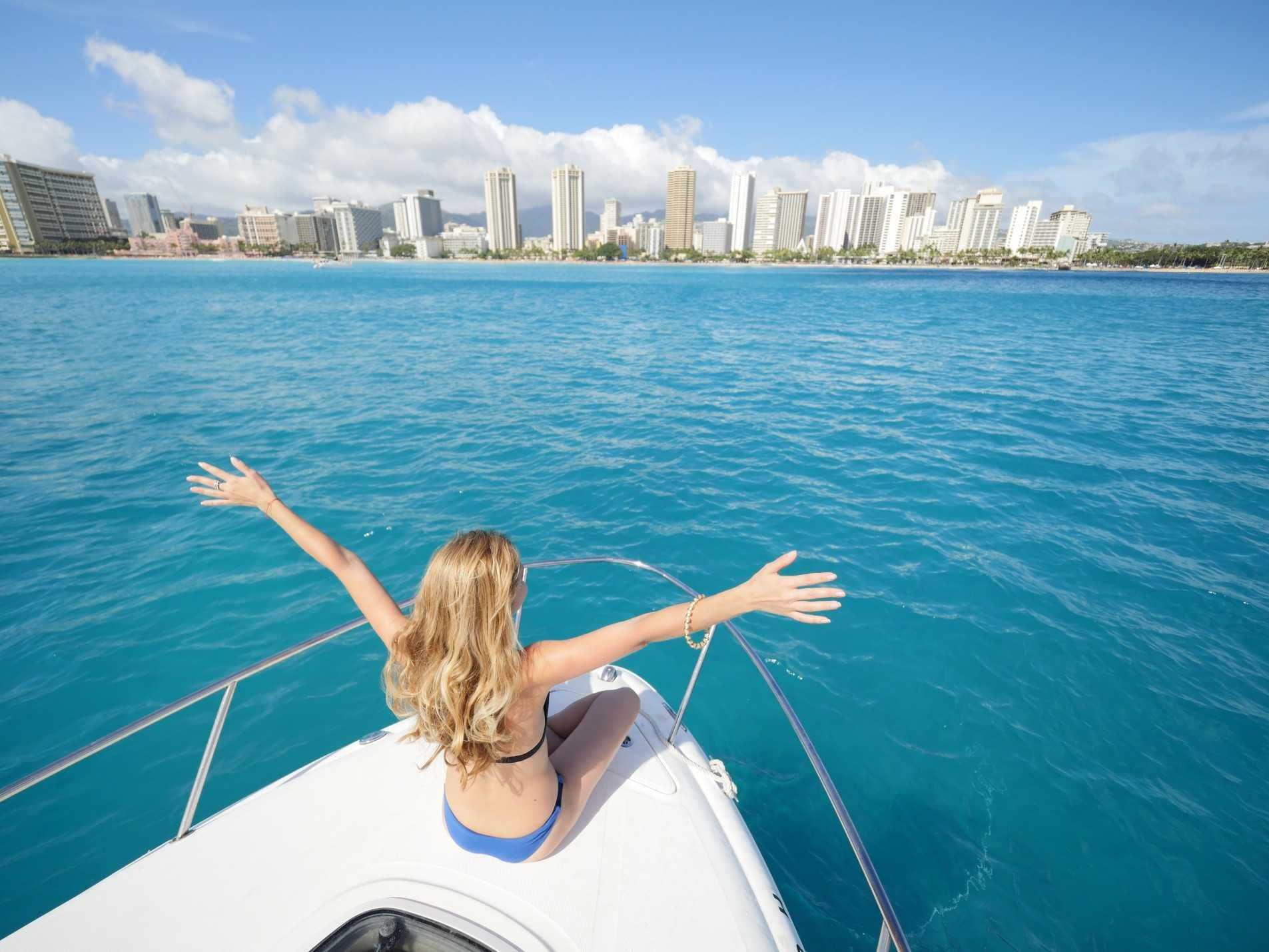 welcoming-honolulu-city-from-the-yacht_t20_V7Vvo7_optimized